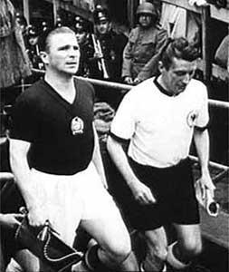 I due capitani, Ferenc Puskas e Fritz Walter, si apprestano a scendere in campo.